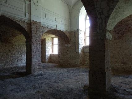 FOTKA - Invalidovna  - Kam voda za povodně sahala je vidět i uvnitř budovy v místnosti s odstraněnou omítkou