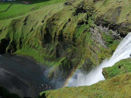 FOTKA - stekajúca voda vytvorila dúhu