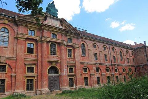 FOTKA - Kaizlovy sady - původní barva na boční straně budovy