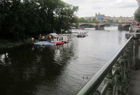 FOTKA - Z můstku ze Slovanského ostrova: Přístaviště loděk