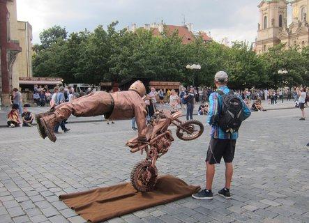 FOTKA - Staroměstské náměstí - motorista