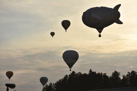 FOTKA - Pohled na oblohu s balony