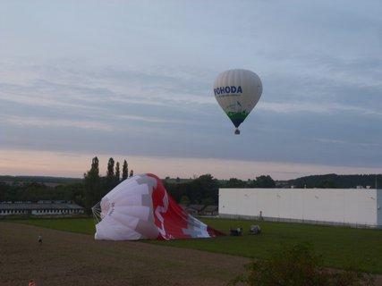 FOTKA - Balit balon - v pozadí další na přistání