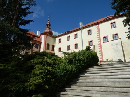 FOTKA - Pozdně barokní zámek je dominantou města Bezdružice