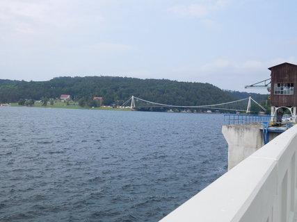 FOTKA - Pohled na dominantu přehrady -lávku přes zátoku (16.6.)