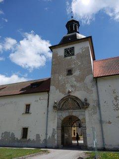 FOTKA - vstupní brána do klášterního areálu v Teplé