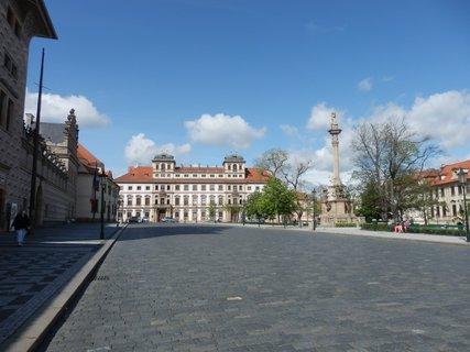 FOTKA - pohled přes prázdné Hradčanské náměstí na Toskánský palác (vystavěný Thun-Hohensteiny )