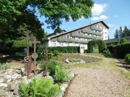 FOTKA - V roce 1984 byl hřbitov v Srní srovnán se zemí a změněn na parkoviště hotelu Srní.