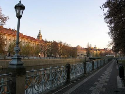 FOTKA - Podvečer na hradeckém nábřeží.