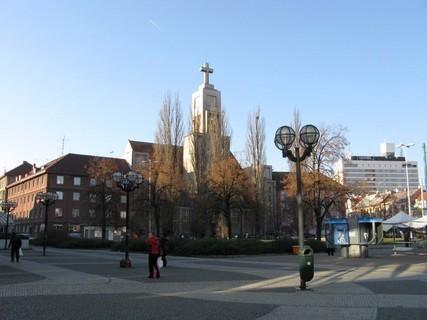 FOTKA - Hradecký kostel blízko nádraží