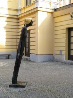 FOTKA - Vyzáblá Můza u divadla