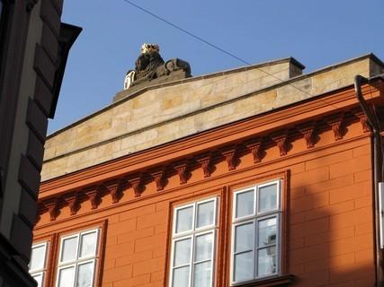 FOTKA - lev se zlatou korunou ve štítu školy