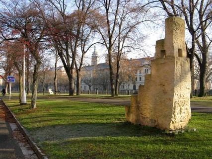FOTKA - kamenné kvádry na hradeckém nábřeží