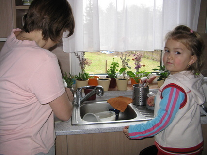FOTKA - mamka navařila, tak já se pustím do nádobí