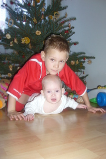 FOTKA - Daneček s Karolínkou u vánočního stromečku
