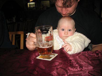 FOTKA - Ondrášek vzal taťku na pivo