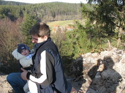 FOTKA - Ondrášek na Dívčím kameni se strejdou