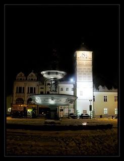 FOTKA -  noční fotografie - radnice s kašnou - Karviná