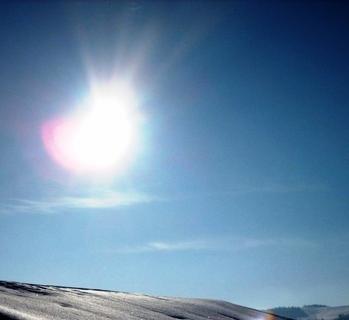 FOTKA - Zimní slunce nad střechou.