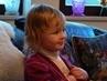 vnučka Iva kouká na pohádku