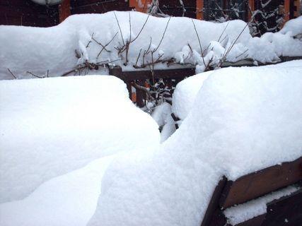 FOTKA - Lavičky na záhradě už ůplně zasypané sněhem - 18.2.2009.