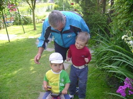 FOTKA - Matějíček a Ondrášek s dědečkem