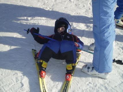 FOTKA - malý lyžař na zemi