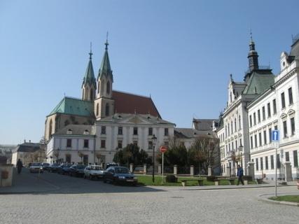 FOTKA - Kostel a gymnázium