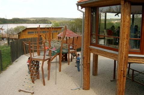 FOTKA - pohled na dětské hřiště z restaurace v Zoo
