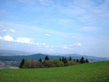 FOTKA - Výhled z Ještědského hřebene na Jablonec n/N -bilý pruh za kopcem , 19.4. 2009.