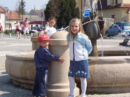 FOTKA - Jiřík a Neli u kašny
