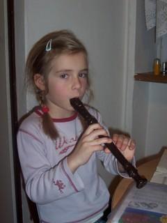 FOTKA - Neli hraje na flétnu