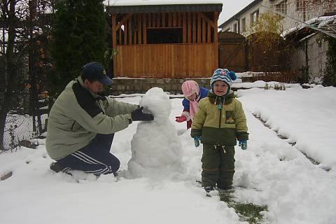 FOTKA - stavíme prvního sněhuláka