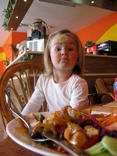 FOTKA - S okurkou z oblohy na talíři  si Lenča poradila po svým