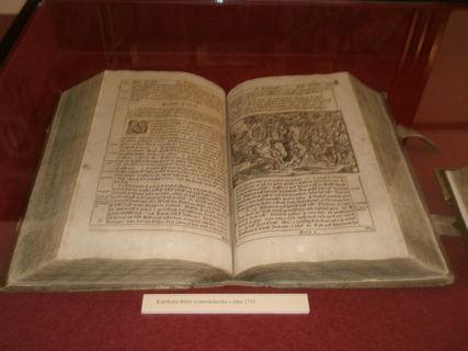 FOTKA - Kralice nad Oslavou-Památník Bible kralické