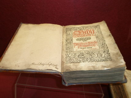 FOTKA - Kralice nad Oslavou  Pam�tn�k Bible kralick�