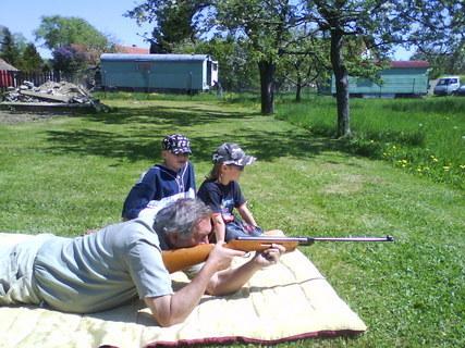 FOTKA - střílení na zahradě