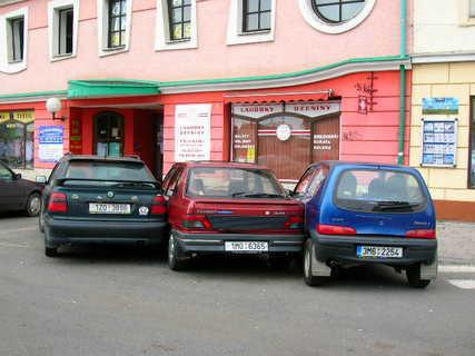 FOTKA - Takhle u našeho někteří řidiči řeší problém s nedostatkem parkovacích míst...