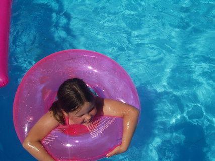 FOTKA - Neteřinka v bazénu