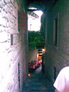 FOTKA - Romantická restaurace v úzké uličce