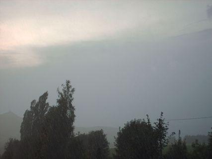 FOTKA - Prší - výhled z okna,17.8.2009.