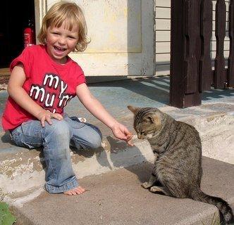 FOTKA - Adélka s kočičkou