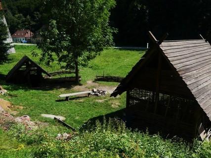 FOTKA - dřevěná chaloupka.