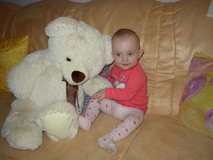 FOTKA - Anetka dostala velkého medvěda k svátku