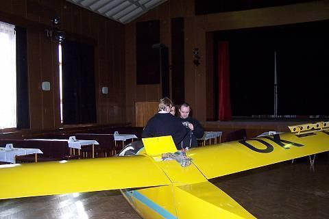 FOTKA - příprava letadla na závěs ke s tropu