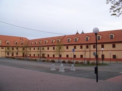 FOTKA - opraven� n�m�st��ko Kunratice