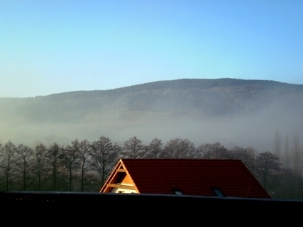 FOTKA - Serie: dnešní výhled z okna na Ještědský hřeben / liberecko/ - 9.00 hod ráno.