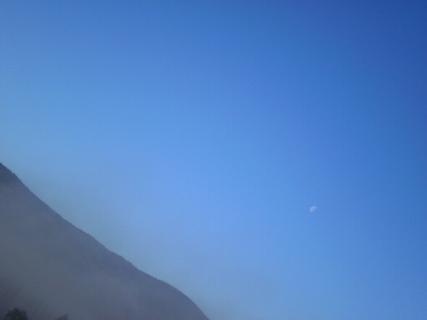 FOTKA - Měsíc  dnes ráno v 9 hod - výhled z meho okna.