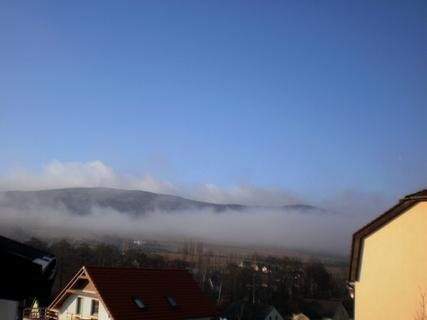 FOTKA - Serie: dnešní výhled   z okna  na Ještědský hřeben/liberecko/  - 10.00 hod.