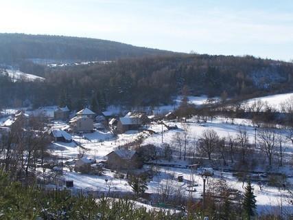 FOTKA - Pohled do zasněženého údolí